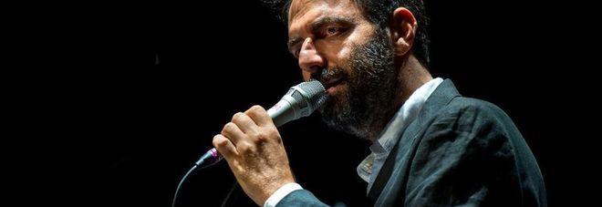 Marcorè-canta-e-suona-la-chitarra-in-un-concerto-per-beneficenza